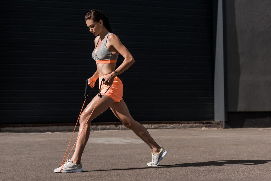 Mulher fazendo exercício com elástico