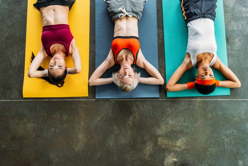 Mulheres treinando em aula de academia