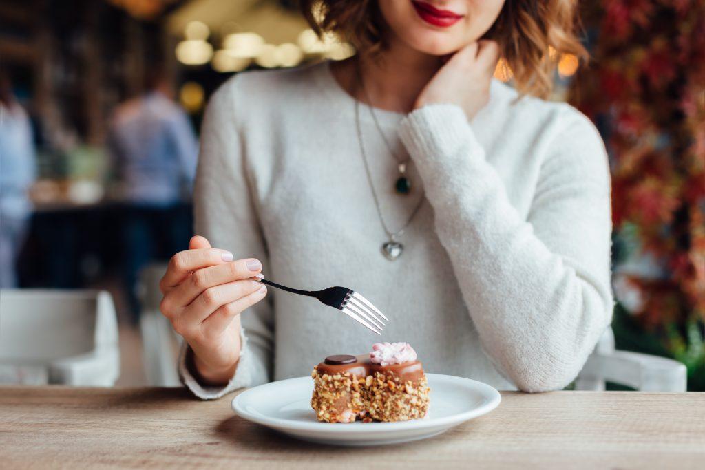 Mulher comendo sobremesa doce