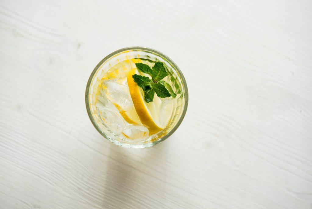 shot de água com limão para tomar em jejum