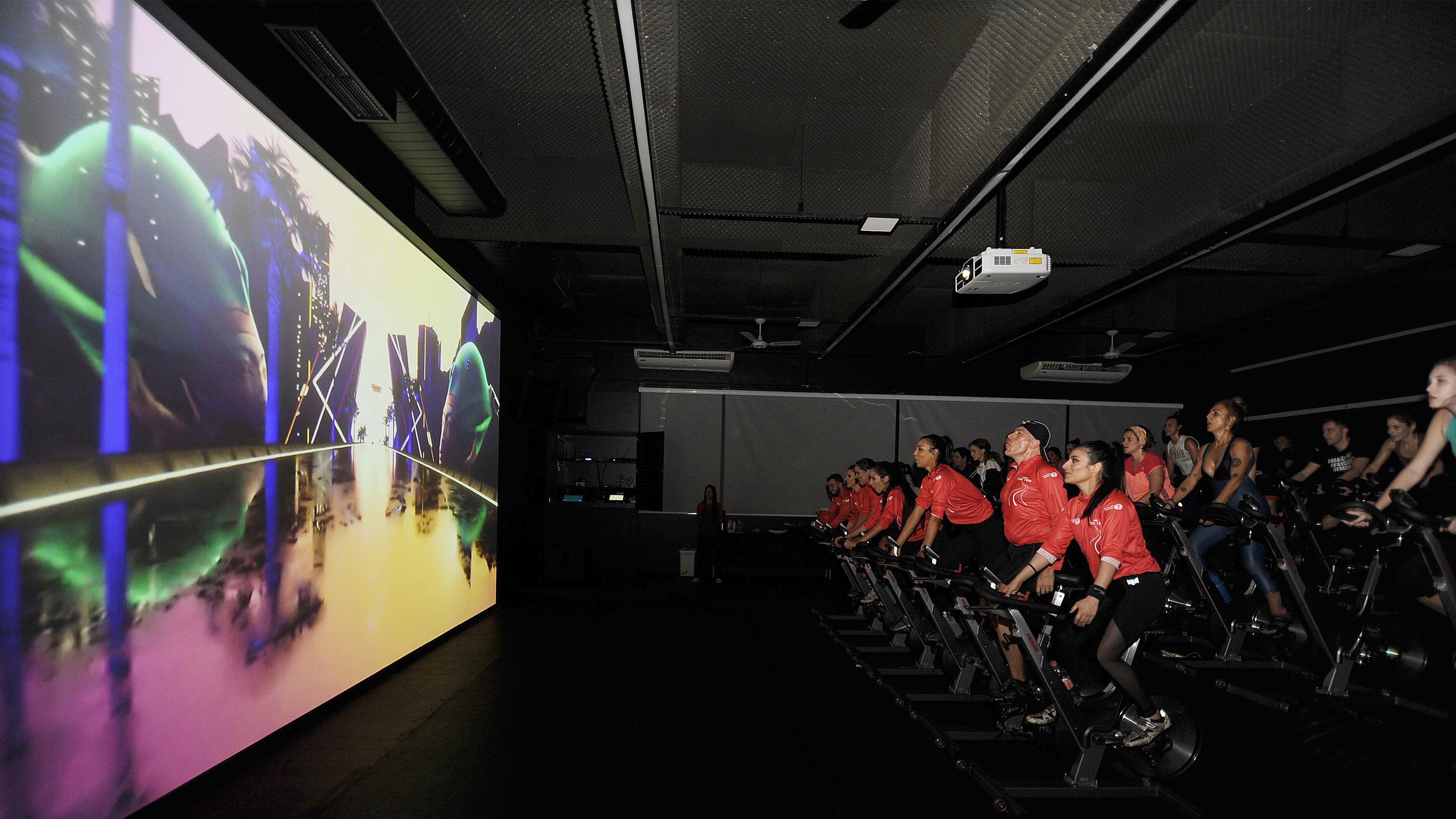 Testamos a The Trip, nova aula de spinning com tela de cinema