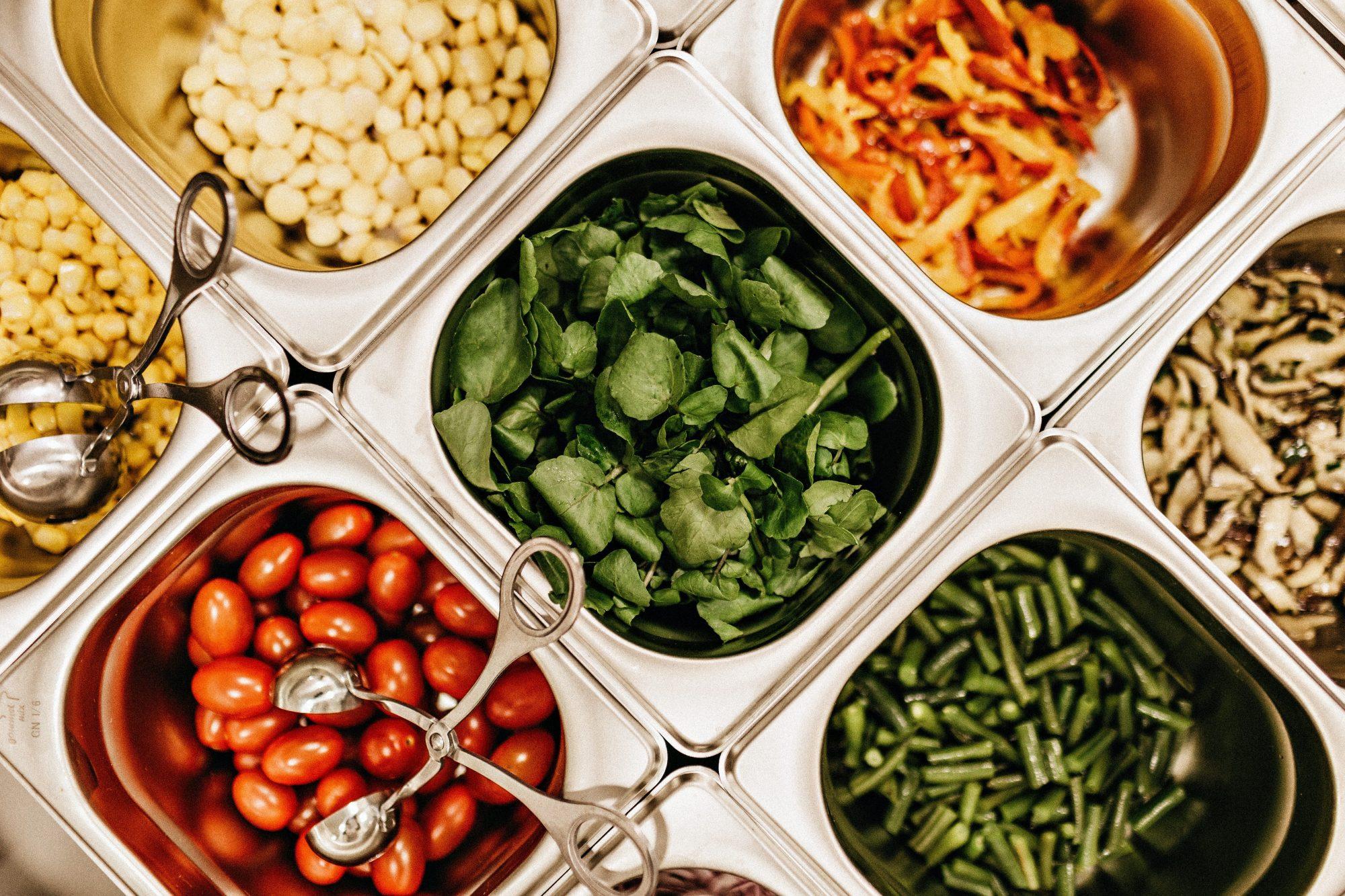 Como comer no buffet do restaurante sem sabotar sua dieta