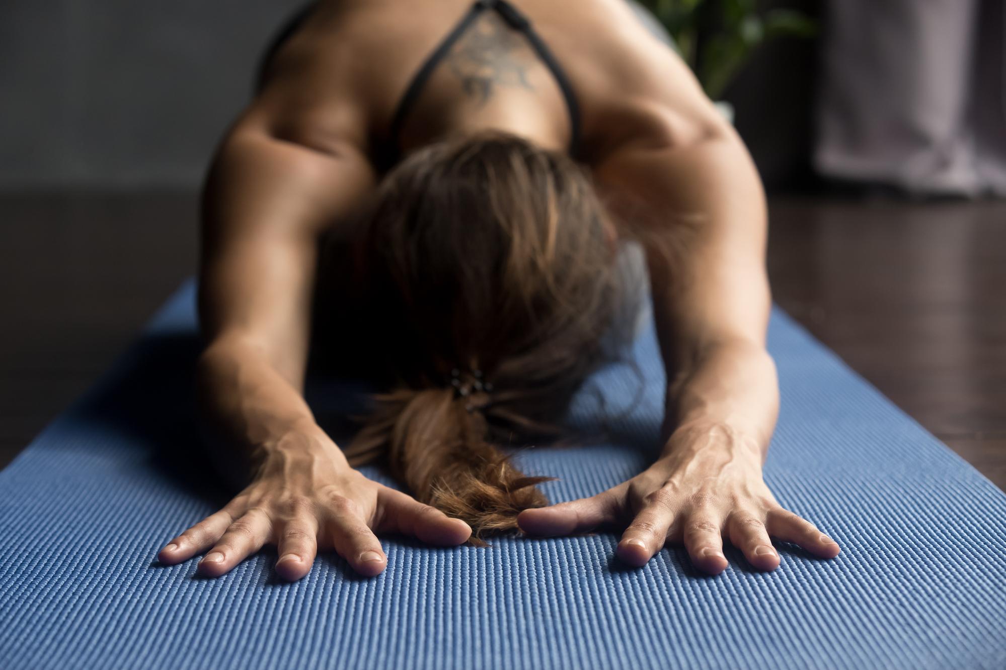 Yoga para dormir melhor: série de 10 minutos para afastar o stress e a insônia