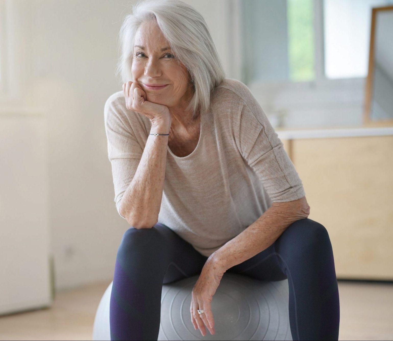 Treino em casa: uma série para incentivar os idosos a se exercitarem na quarentena