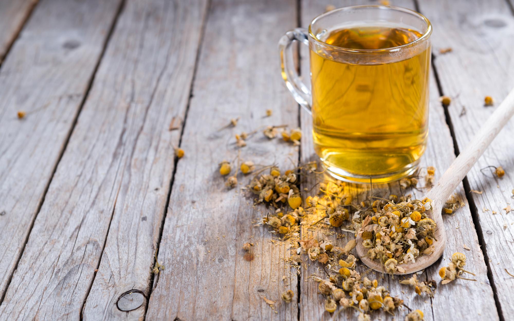 3 formas de usar o chá de camomila para aliviar sinusite, stress e até irritações na pele