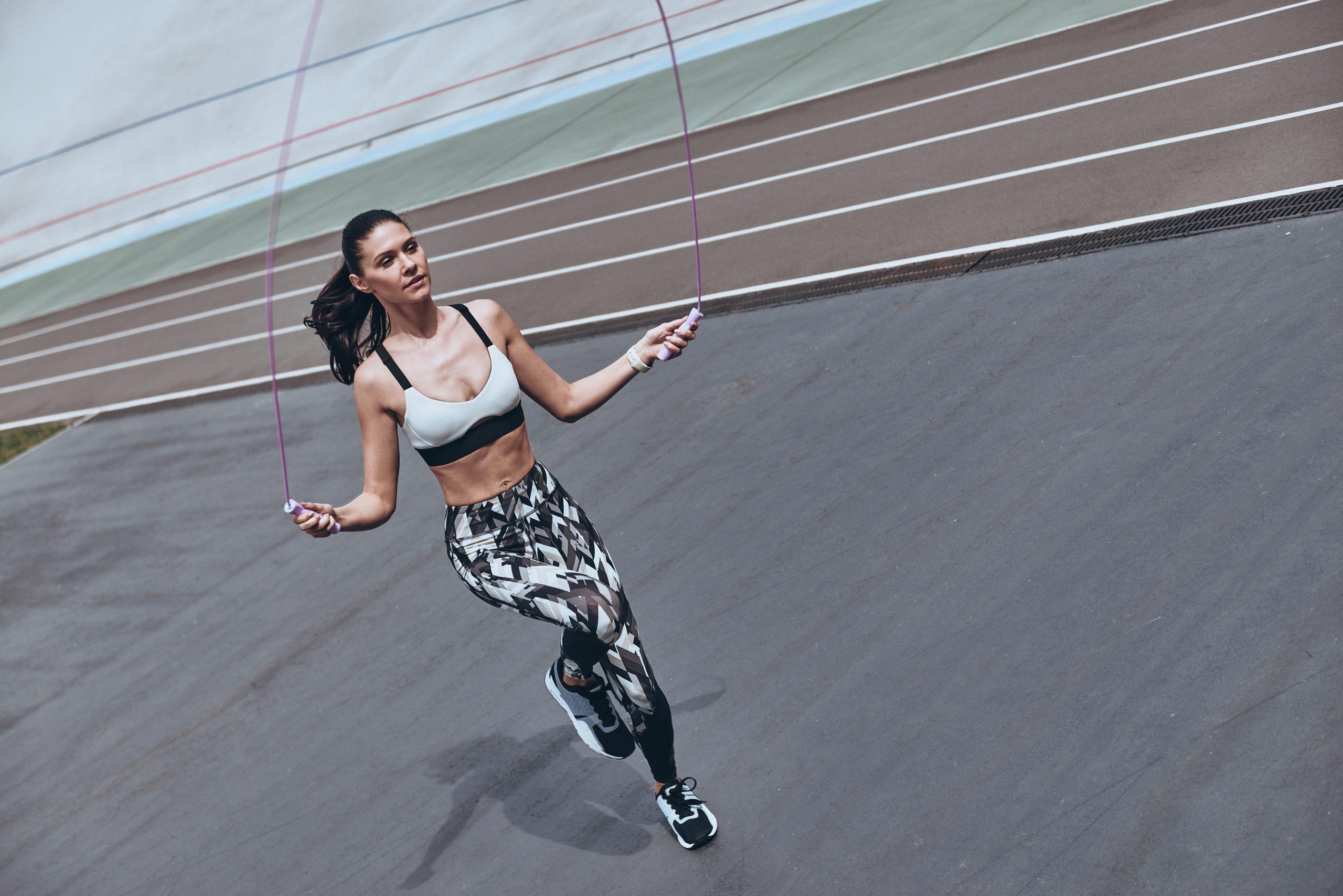 Circuito com corda: como incluir o acessório em um treino de 10 minutos para fortalecer o corpo todo