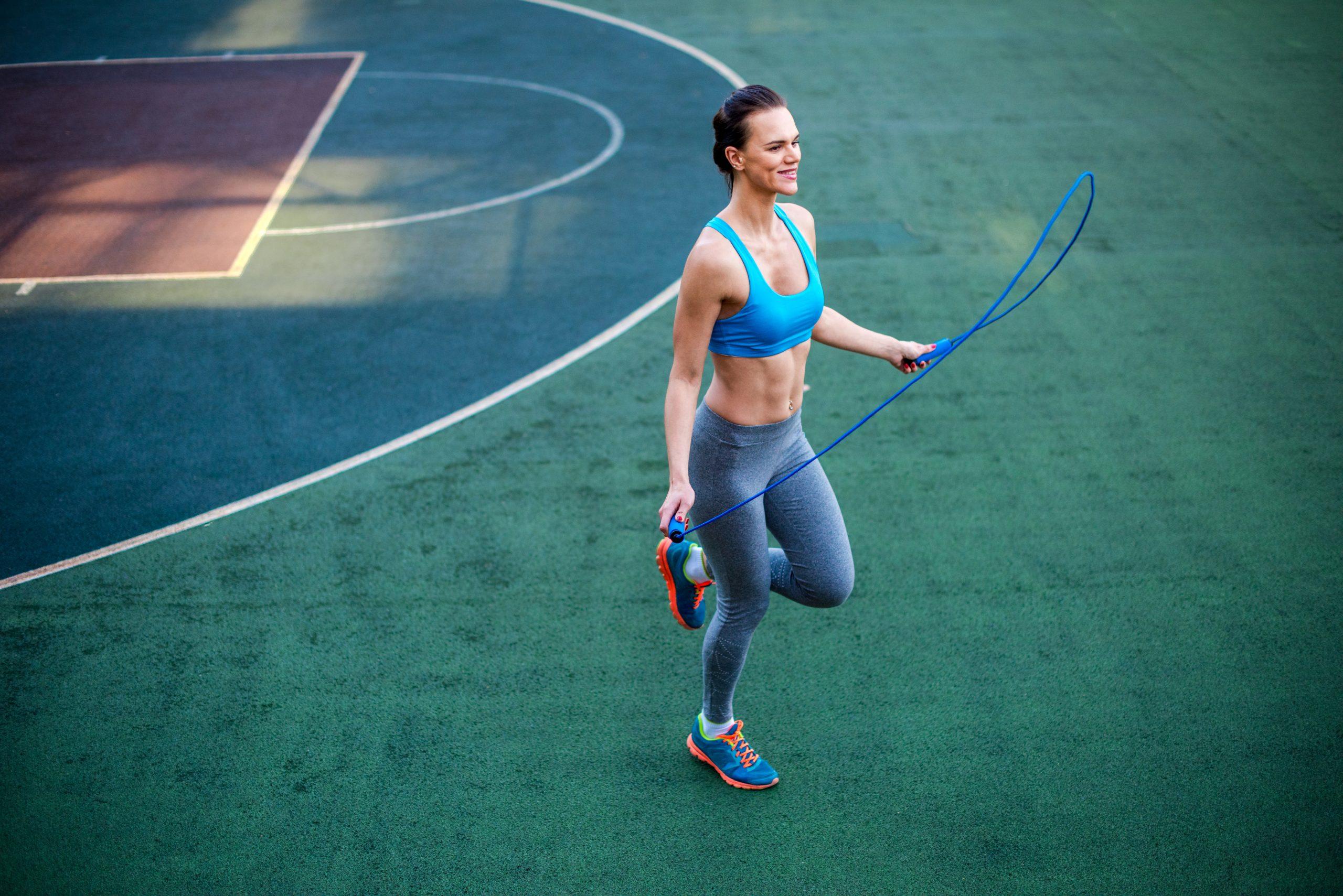 Treino em casa: pular corda emagrece, fortalece o corpo e melhora o condicionamento